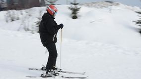 Esquiador en precipitaciones de la velocidad de una monta?a nevada en un centro tur?stico ucraniano almacen de video