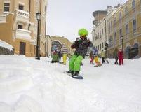 Esquiador en una calle de la ciudad Imagenes de archivo