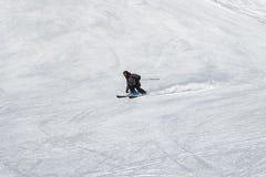 Esquiador en una cuesta del esquí imagen de archivo libre de regalías