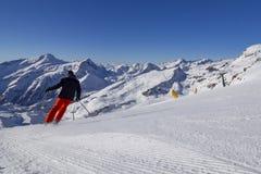 Esquiador en una cuesta del esquí imagenes de archivo