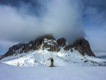 Esquiador en una montaña en invierno Imagen de archivo