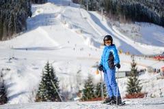 Esquiador fêmea em uma inclinação do esqui em um dia ensolarado Imagem de Stock