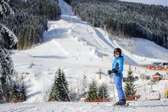 Esquiador fêmea em uma inclinação do esqui em um dia ensolarado Fotografia de Stock Royalty Free