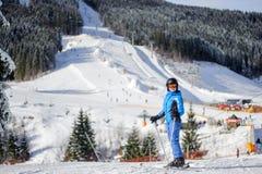 Esquiador fêmea em uma inclinação do esqui em um dia ensolarado Imagem de Stock Royalty Free