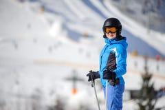 Esquiador fêmea em uma inclinação do esqui em um dia ensolarado Fotos de Stock