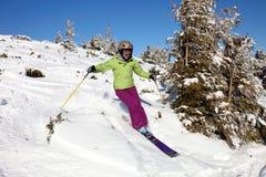 Esquiador fêmea que desce o monte Imagens de Stock Royalty Free