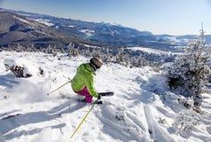 Esquiador fêmea que desce o monte Imagem de Stock Royalty Free