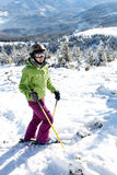 Esquiador fêmea que está no monte Fotos de Stock