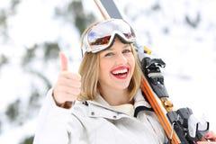 Esquiador feliz con los pulgares para arriba en una cuesta Foto de archivo libre de regalías