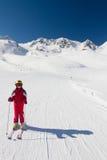 Esquiador feliz de la muchacha en una cuesta del esquí Fotografía de archivo
