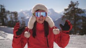 Esquiador feliz de la mujer en una estación de esquí almacen de video