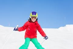 Esquiador feliz que camina abajo de la colina en montañas Fotografía de archivo libre de regalías