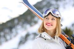 Esquiador feliz que mira arriba en la montaña Foto de archivo libre de regalías