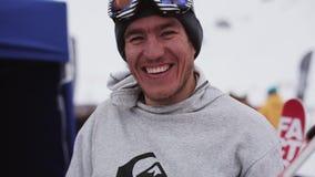 Esquiador feliz que tuerce el destornillador en esquí en estación de esquí Sonrisa en cámara holidays almacen de metraje de vídeo
