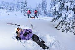 Esquiador herido después del rescate que espera del accidente para foto de archivo