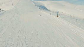 Esquiador joven cuesta abajo almacen de video