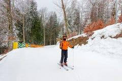 Esquiador joven en comienzo de un piste Imágenes de archivo libres de regalías
