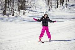 Esquiador joven que aprende esquiar cuesta abajo Fotos de archivo libres de regalías