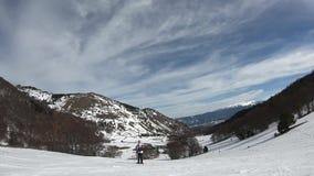 Esquiador joven que desciende una cuesta del esquí en pirenáico francés almacen de video