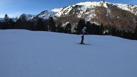 Esquiador joven que desciende una cuesta del esquí en pirenáico francés almacen de metraje de vídeo