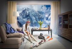 esquiador joven que lleva calcetines calientes y que sueña sobre las montañas nevosas, mentira del equipo del esquí fotos de archivo