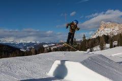 Esquiador na ação: Ski Jumping na montanha Snowpark Imagens de Stock Royalty Free