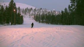 Esquiador na extremidade de uma inclinação vídeos de arquivo