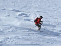 Esquiador na neve do pó foto de stock