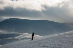Esquiador nas montanhas, no piste preparado e no dia ensolarado foto de stock royalty free