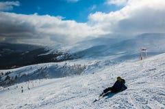 Esquiador nas montanhas, no piste preparado e no dia ensolarado fotografia de stock
