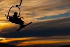 Esquiador no elevador de cadeira Fotografia de Stock