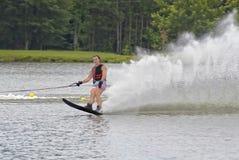 Esquiador no fim de sua corrida imagem de stock