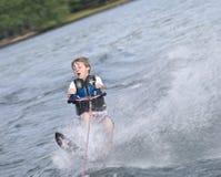 Esquiador novo do slalom do menino fotos de stock