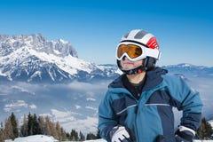 Esquiador novo feliz nos cumes Fotografia de Stock Royalty Free