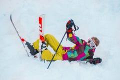 Esquiador novo na engrenagem dos esportes de inverno Imagens de Stock Royalty Free