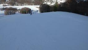 Esquiador novo que desce uma inclinação do esqui em Pirenaico francês filme