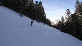 Esquiador novo que desce uma inclinação do esqui em Pirenaico francês video estoque
