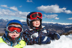 Esquiador pequeno bonito imagem de stock