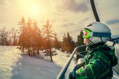 Esquiador pequeno no elevador de esqui Imagens de Stock
