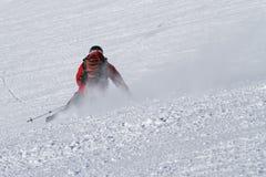 Esquiador que cinzela no piste imagem de stock royalty free