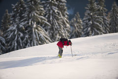 Esquiador que descansa na neve profunda após o esqui recreacional Fotografia de Stock