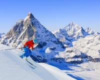 Esquiador que esquía cuesta abajo Imágenes de archivo libres de regalías