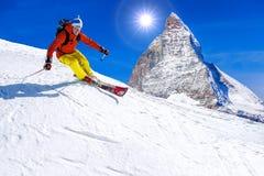 Esquiador que esquía cuesta abajo en las altas montañas, Cervino, Suiza Imágenes de archivo libres de regalías