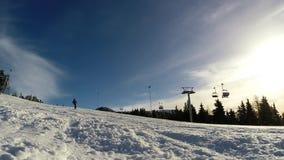 Esquiador que esquia abaixo da inclinação filme