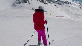 Esquiador que esquia para baixo na inclinação de montanha no inverno e nos esquis do freio para parar vídeos de arquivo