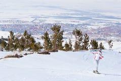 Esquiador que presenta encima de la montaña en Palandoken Imágenes de archivo libres de regalías