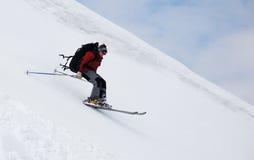 Esquiador que se ejecuta abajo Imagen de archivo libre de regalías