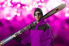 Esquiador que sostiene un par de esquís Fotos de archivo libres de regalías