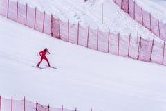 Esquiador que tenta retardar na parte inferior da inclinação íngreme no desafio da velocidade e da velocidade Ski World Cup Race  Foto de Stock