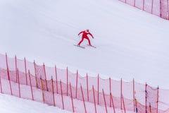 Esquiador que tenta retardar na parte inferior da inclinação íngreme no desafio da velocidade e da velocidade Ski World Cup Race  Fotografia de Stock